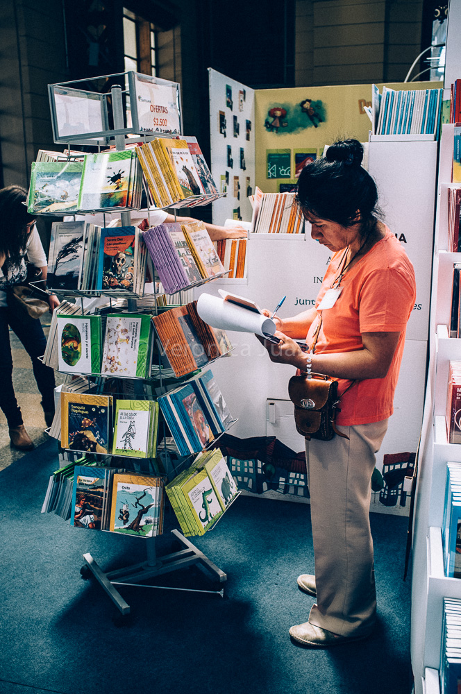Bibliotecarios realizando selección de acervo en FILSA 2014