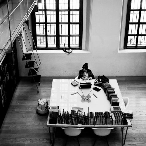 Lectora en biblioteca